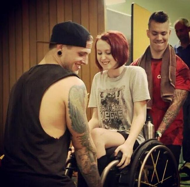 Музыканты из австралийской рок-группы помогли своей фанатке (фото)