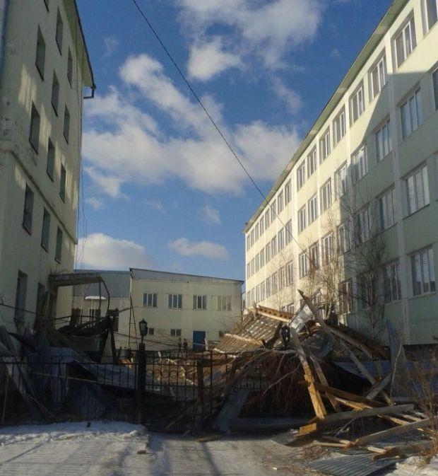 В Якутске устраняют последствия сильного ветра (18 фото)