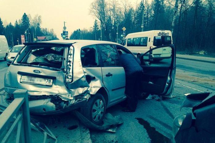 Из-за водителя, пытавшегося проскочить на красный свет, в Санкт-Петербурге произошло массовое ДТП (6 фото + видео)