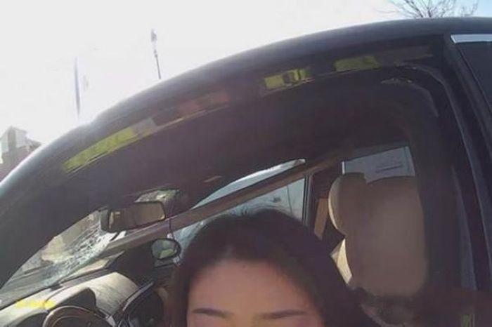 Пьяная китаянка угодила в ДТП, после чего начала позировать полицейским (6 фото)