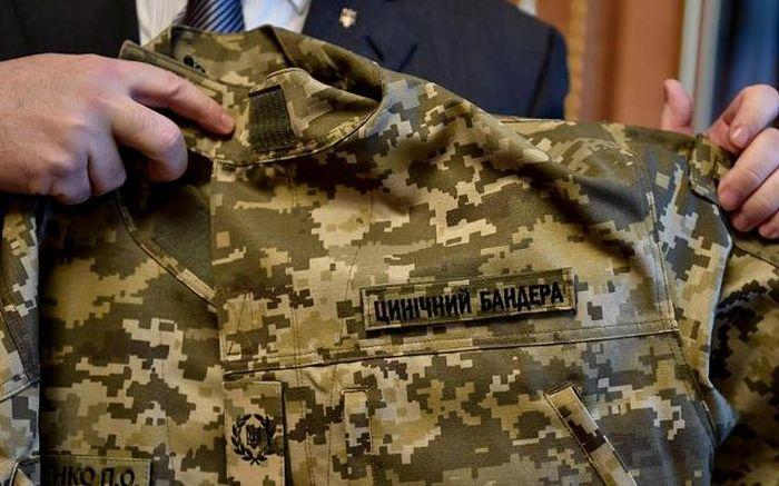 Петр Порошенко показал свой камуфляж с нашивкой «Циничный Бандера» (3 фото)