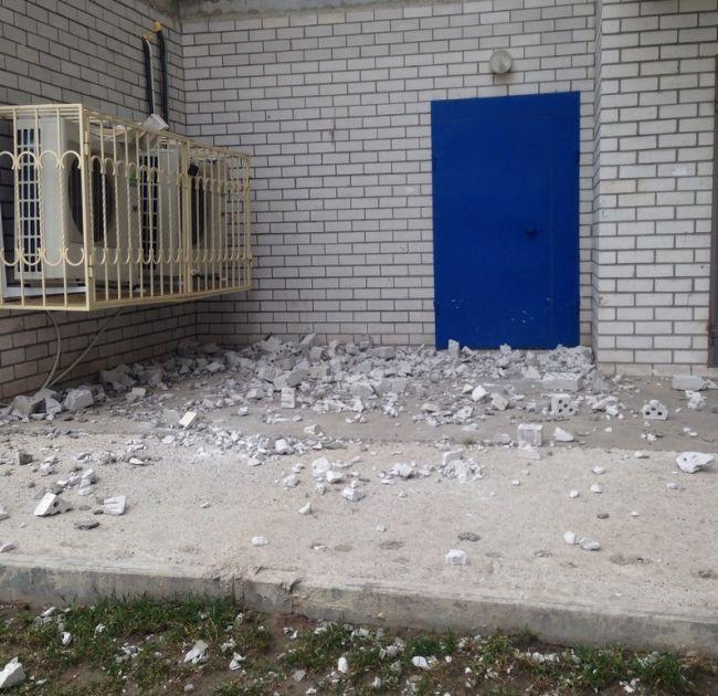 Кирпичная кладка ростовской новостройки не выдержала сильного ветра (3 фото)