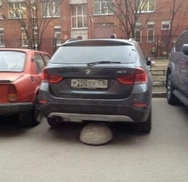 Жильцы дома решили проучить водителя за парковку перед ступеньками (2 фото)