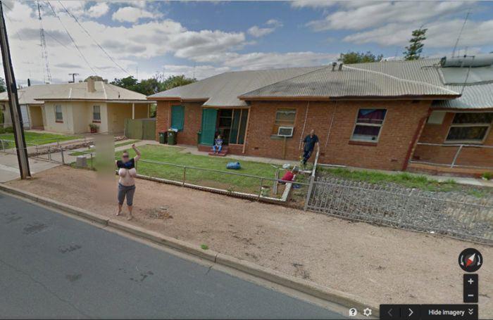 Жительница Австралии стала известной благодаря обнаженной груди на панорамах Google Street View. НЮ (4 фото)