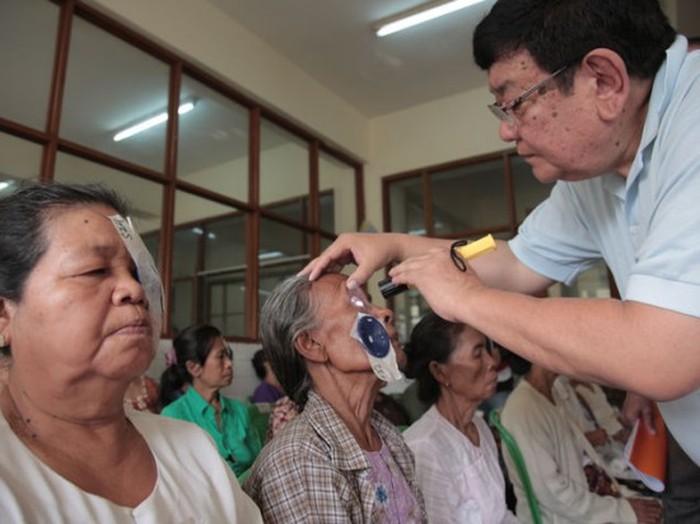 Офтальмолог из Непала помогает вернуть зрение малоимущим людям (3 фото)