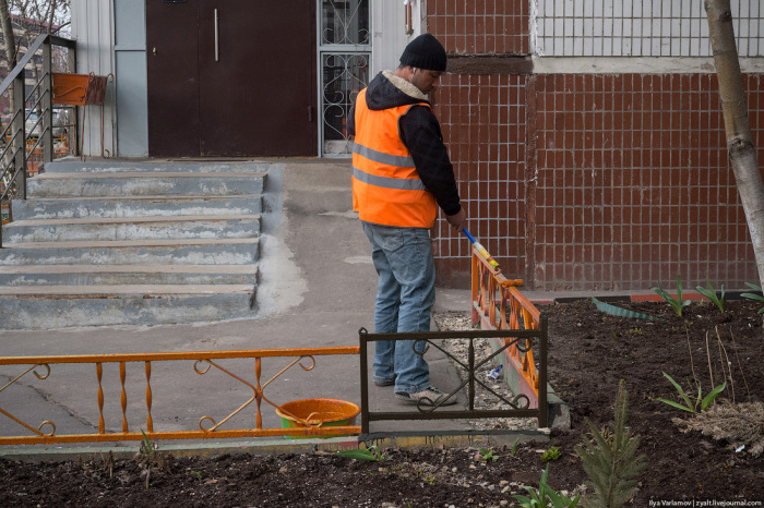 В Москве появляются ограды и бордюры, выполненные в цветах георгиевской ленточки (5 фото)