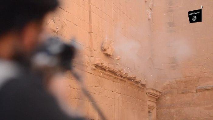 Боевики ИГИЛа опубликовали фото сноса древних памятников архитектуры (14 фото)