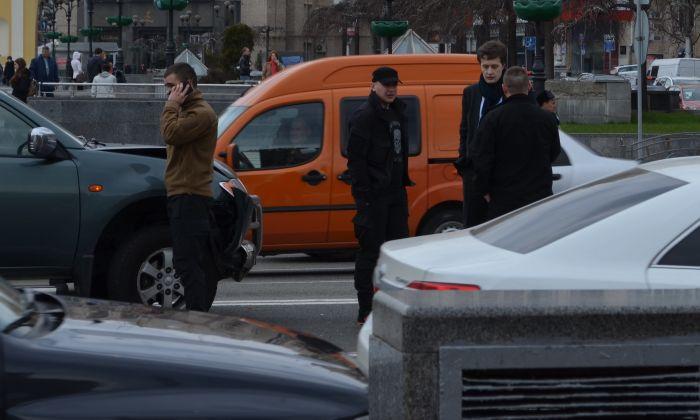 В Киеве бойцы батальона «Азов» врезались в бронированное BMW Алексея Порошенко (3 фото + видео)