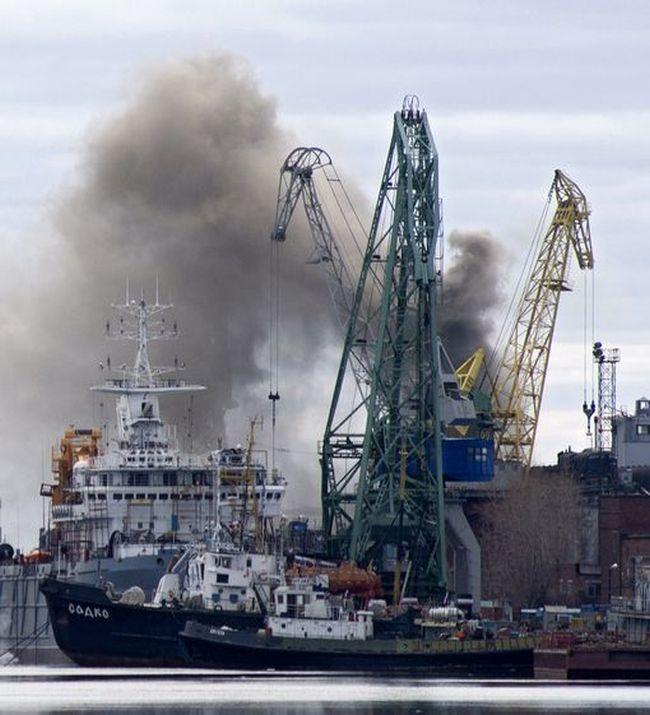 В Северодвинске атомную подлодку «Орел» затопят для тушения пожара (4 фото + 2 видео)