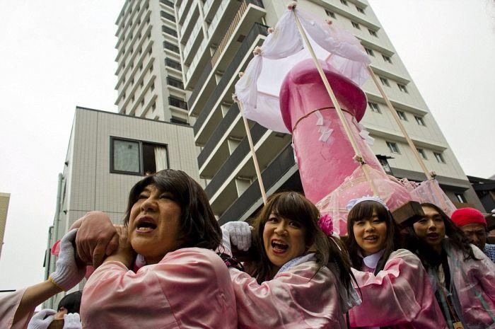 В Кавасаки прошел «Фестиваль железных пенисов» (12 фото)