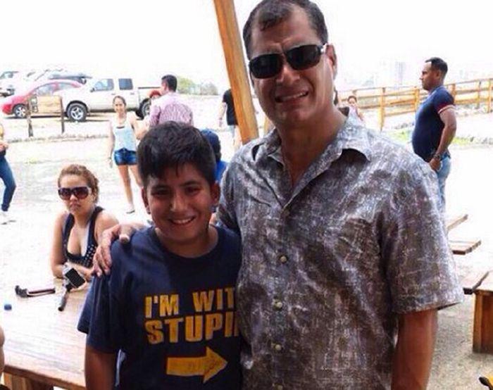 Президент Эквадора Рафаэль Корреа сделал фото с мальчиком в футболке «Я с придурком» (фото)