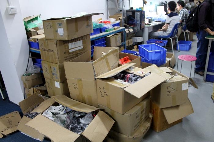 Репортаж с китайской фабрики по производству компьютерных мышек (24 фото)