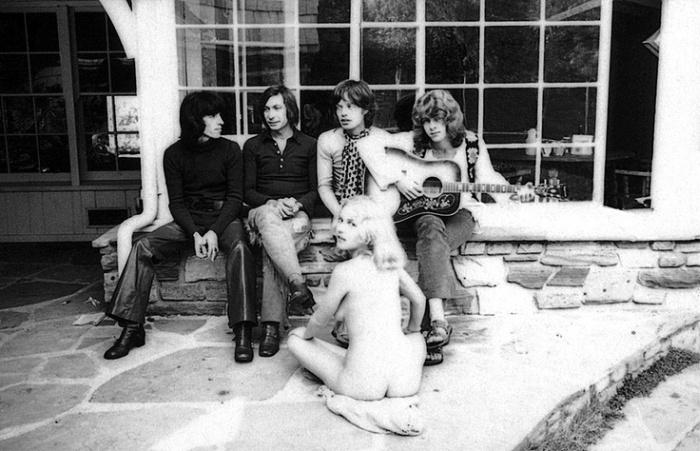 Обнаженная молодая горничная в компании Rolling Stones (2 фото)