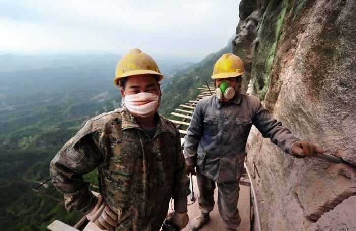 Опасная работа китайских строителей (12 фото)