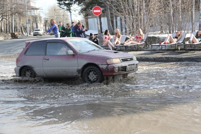 Девушки из Новосибирска решили привлечь внимание к дорожной проблеме, позагорав у лужи (8 фото + видео)