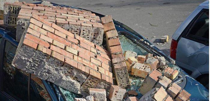 В Бресте штормовой ветер обрушил кирпичную стену на припаркованные автомобили (11 фото)