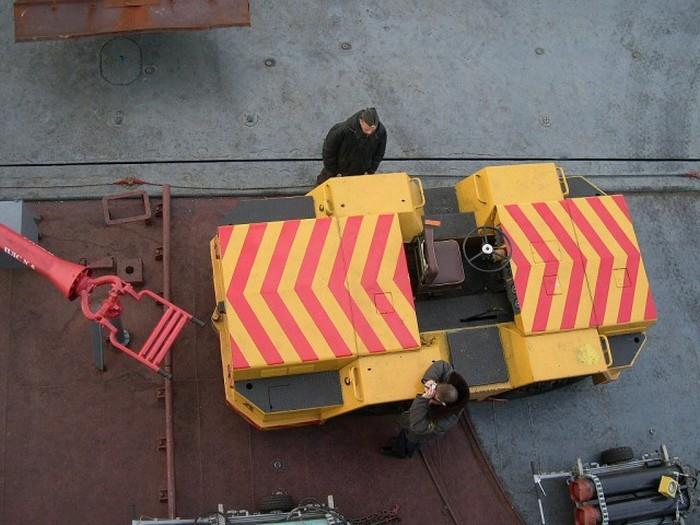 Какие автомобили можно встретить на борту авианосца «Адмирал Кузнецов» (12 фото)