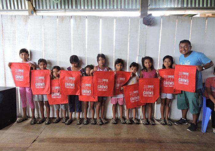 Сандалии с регулируемым размером для детей из бедных семей (6 фото)