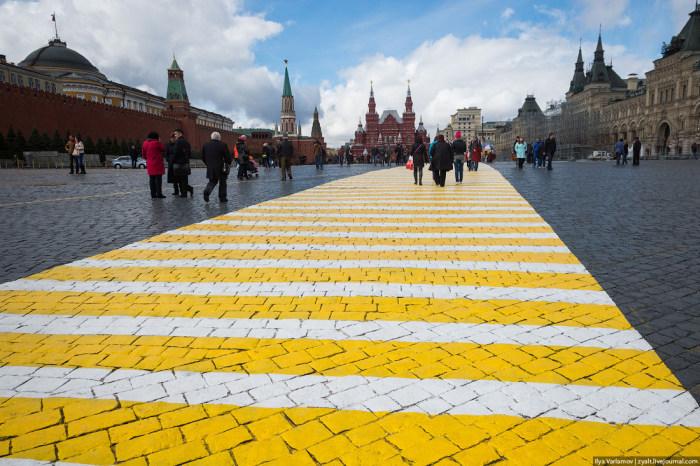 На Красной площади появились желто-белые «зебры» (9 фото)