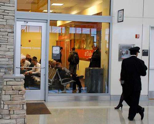 Комната для курения Вашингтонского аэропорта имени Даллеса (2 фото)