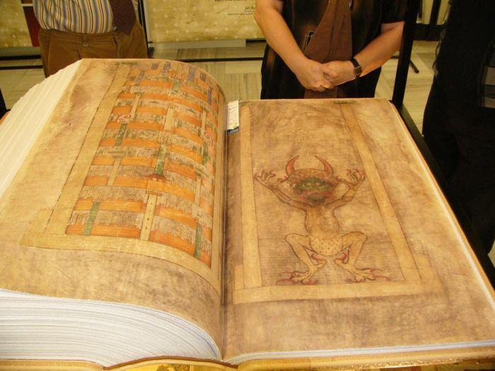 Кодекс Гигас («Библия Дьявола») - одна из самых таинственных книг средневековья (7 фото)