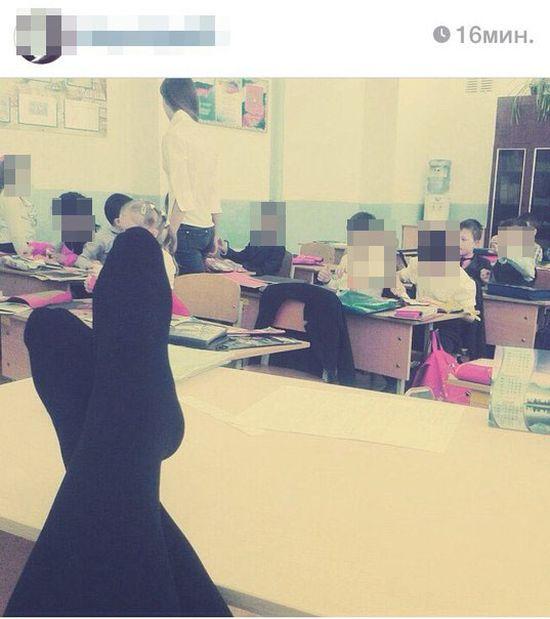 Неприличные фото практикантки педагогического колледжа на фоне учеников стали причиной нового скандала (3 фото)