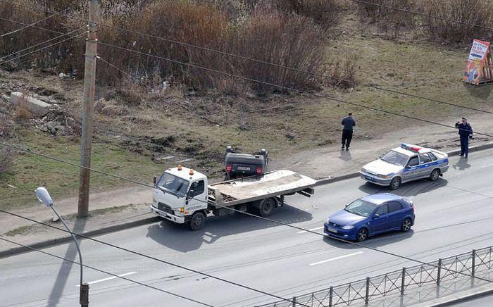 Эвакуатор опрокинул автомобиль, не доехав несколько метров до штрафстоянки (10 фото)
