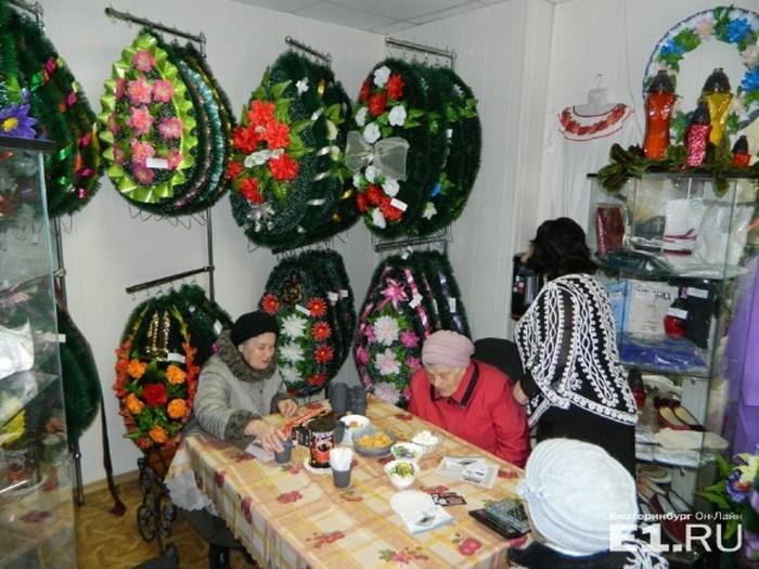 В Екатеринбурге ветеранам ВОВ устроили праздничное чаепитие в ритуальном зале среди гробов и венков (4 фото)