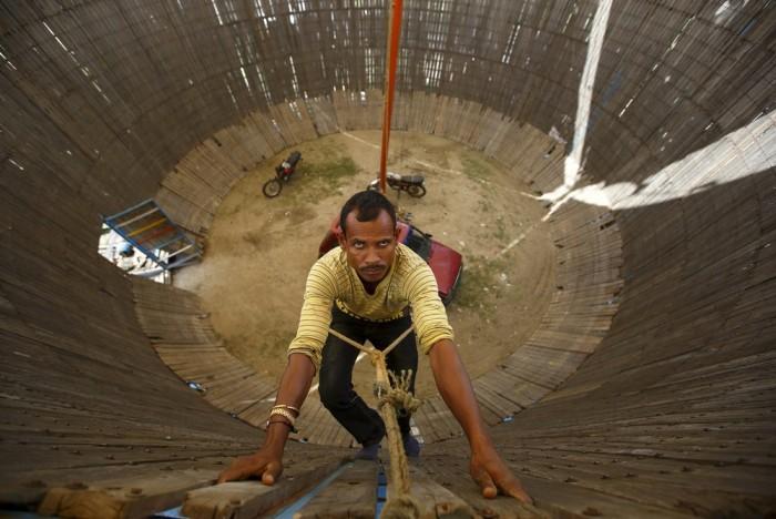 Аттракцион «Колодец смерти» в Непале (9 фото)