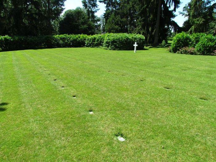 Спрятанное кладбище американских военнослужащих (4 фото)