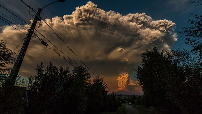 Чилийский вулкан Кальбуко начал выбрасывать пепел (16 фото)
