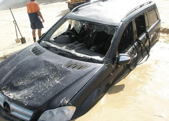 Полный привод не справился с мокрым песком (5 фото)