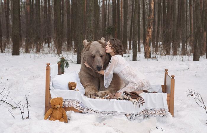Русские фотомодели в обнимку с медведем шокировали западных пользователей сети (11 фото + видео)