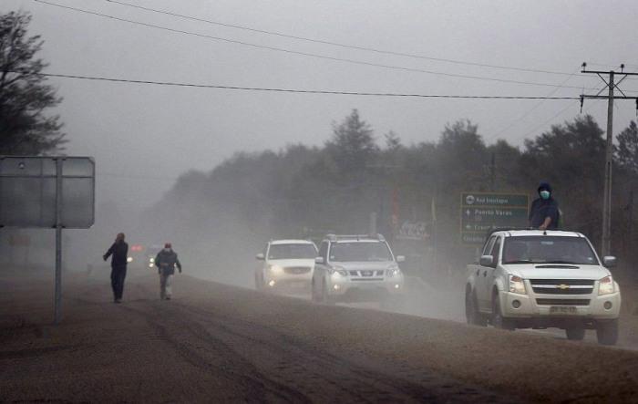 В Чили толстый слой вулканического пепла покрыл населенные пункты близ вулкана Кальбуко (18 фото)
