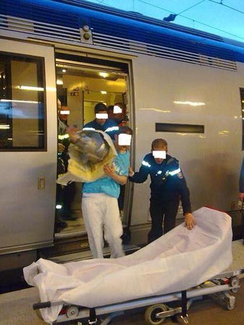 Пытаясь достать мобильный телефон, мужчина застрял в унитазе (4 фото)