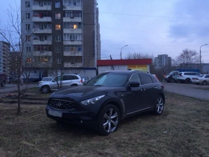 Последствия парковки на газоне в Красноярске (2 фото)