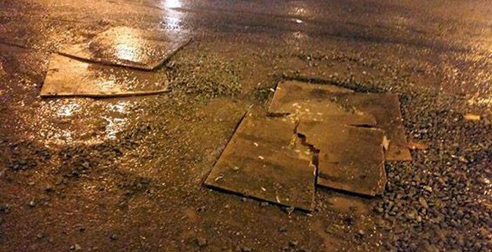 В Петропавловске-Камчатском ямы на дорогах «залатали» фанерой (5 фото + видео)