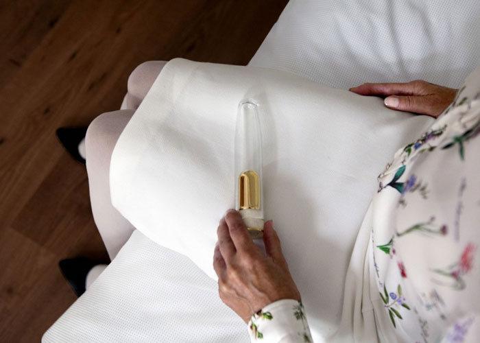 Дизайнер Марк Стуркенбум создал вибратор с прахом умершего мужа для безутешных вдов (5 фото)