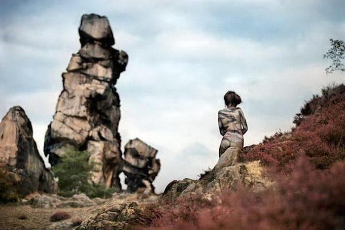 Обнаженные женщины на фоне природы (22 фото)