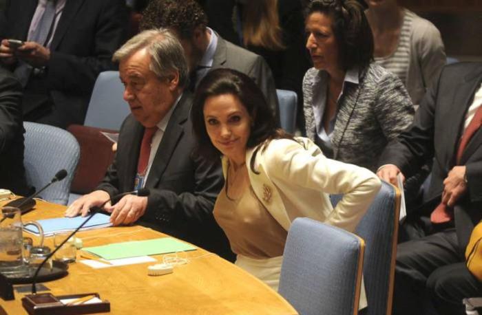 Анджелина Джоли порадовала мужчин на заседании ООН очертаниями своей груди (4 фото)