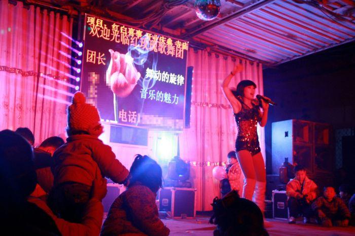 Стриптиз на похоронах – обычное явление в китайских деревнях (8 фото)