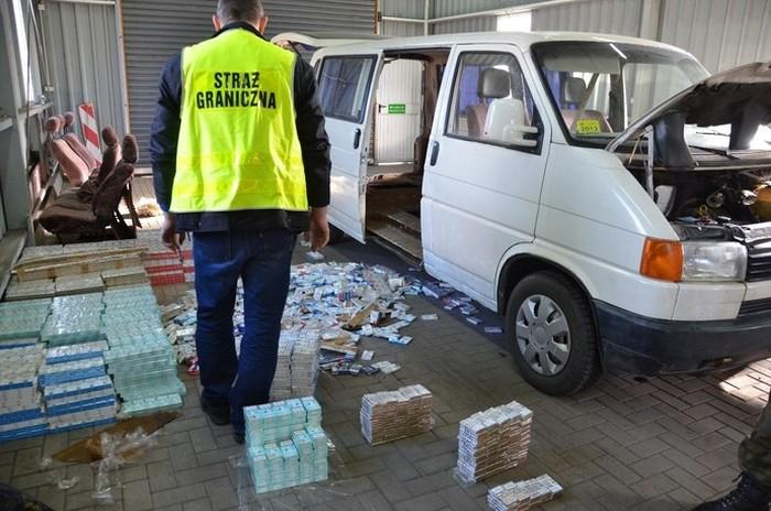 Контрабандные сигареты на границе (23 фото)