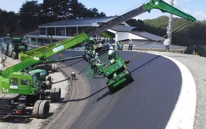 Как кладут асфальт на гоночной трассе (3 фото)