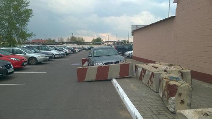 «Тяжелое» наказание за неправильную парковку (2 фото)