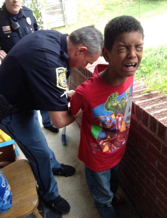 Як мати при допомозі поліцейських провчила неслухняного сина (5 фото)