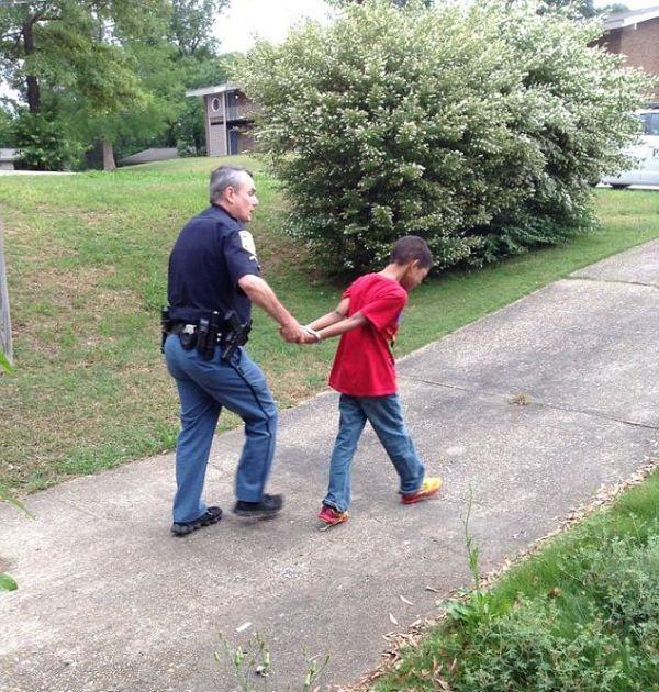 Как мать при помощи полицейских проучила непослушного сына (5 фото)