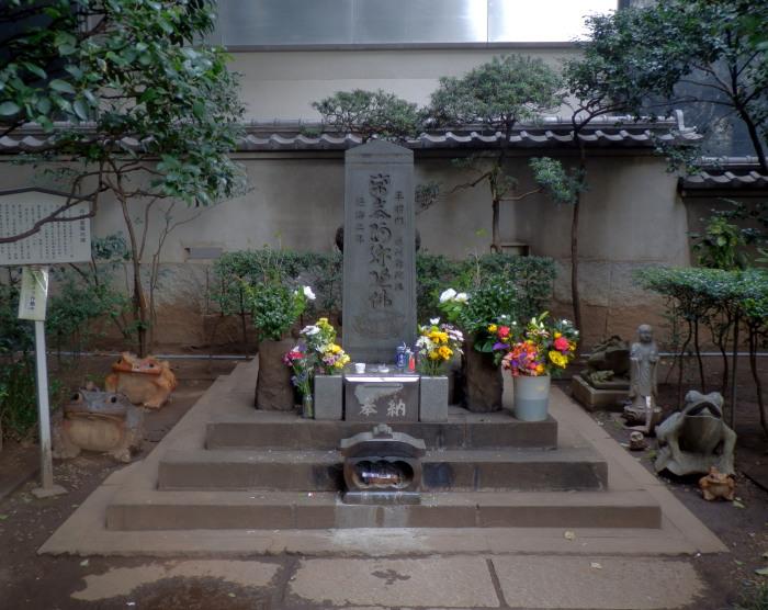 Самые таинственные в мире могилы (10 фото)