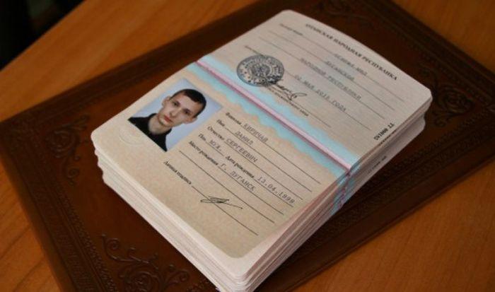 Юные граждане ЛНР первыми получили паспорта молодой республики (9 фото)