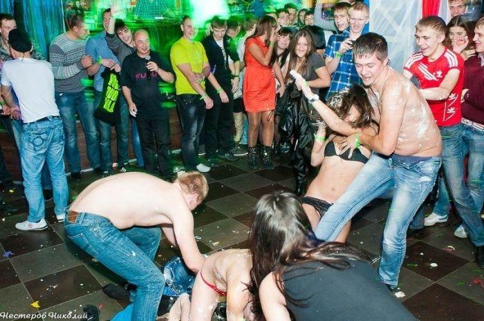 В сети появились фото Владимира Аверина, присутствующего на порно-вечеринке. НЮ (4 фото)