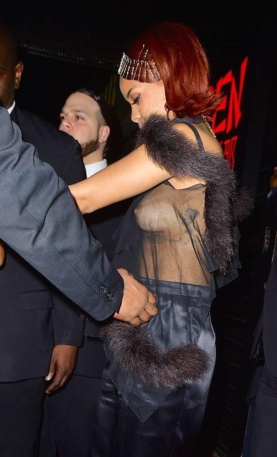 Рианна не постеснялась надеть совершенно прозрачную блузку. НЮ (3 фото)